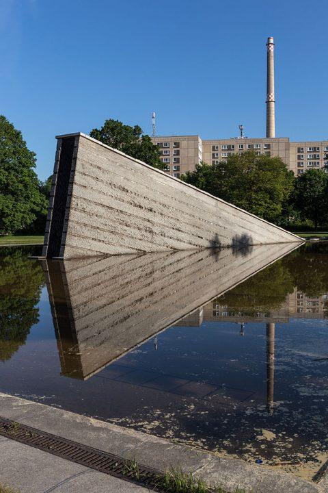 A escultura que representa o Muro de Berlim afundando na água