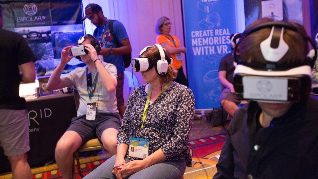 Experimentando a realidade virtual no SXSW. Foto: flickr.com/nrkbeta