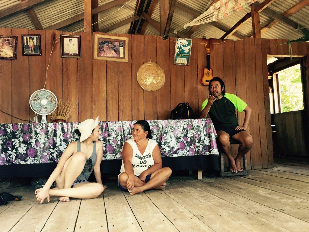 Visitando uma família na comunidade Gaspar. Foto: Lalai Persson