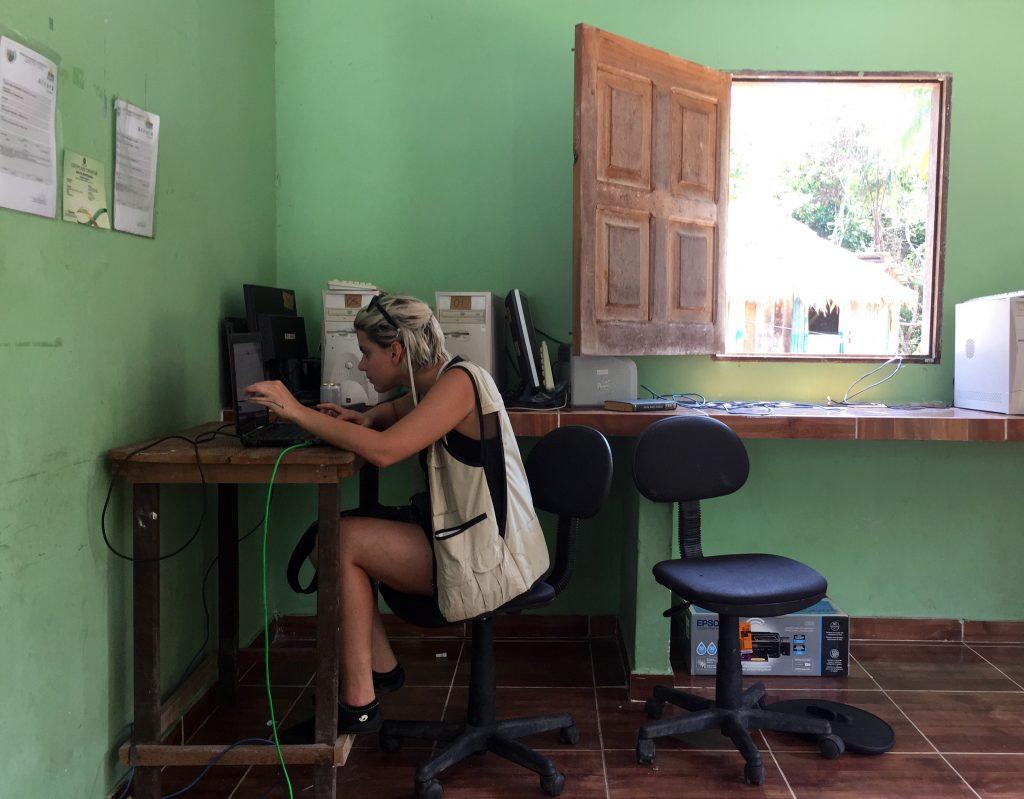 Mai tentando acessar email num PC muito antigo em Xixuau. Foto: Lalai Persson