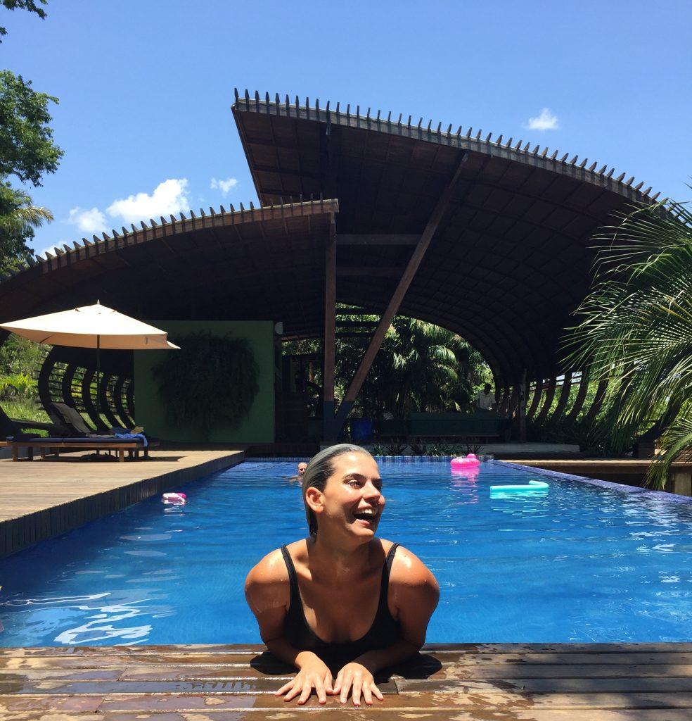 A Mai desfrutando da piscina do hotel. Foto: Lalai Persson