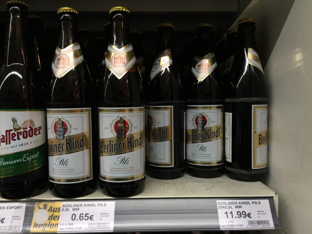Uma garrafa de Berliner Kindl custa 65 centavos de euro na rede de supermercados Kaiser's