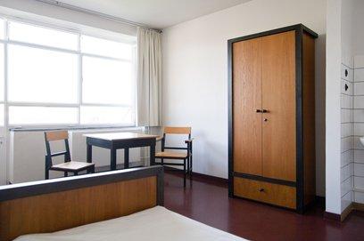 Um dos quartos duplos, com mobiliário desenhado por Alfred Arndt. Foto: divulgação