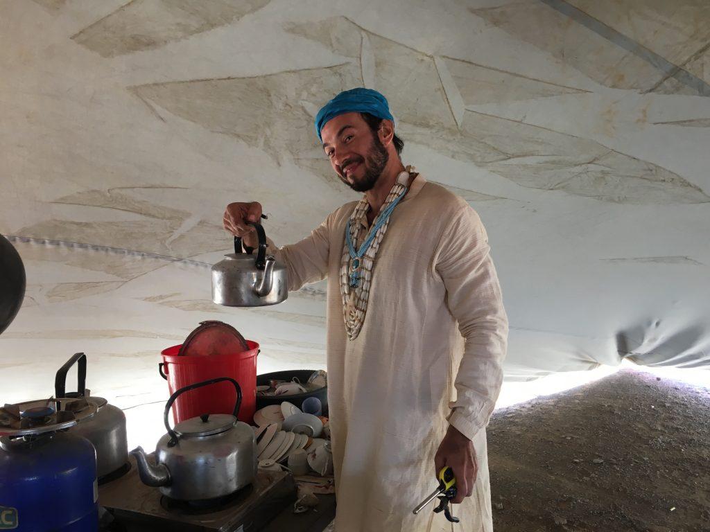 Nino no seu horário de trabalho: servindo chá pra galera.