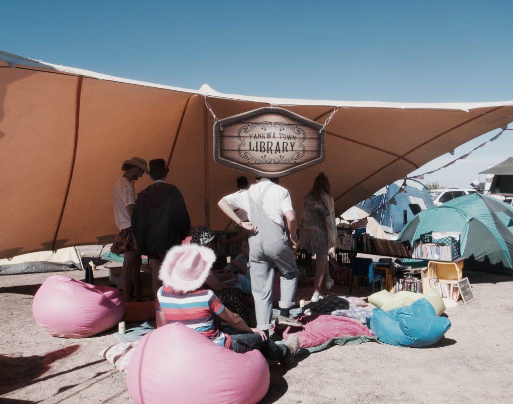 Uma tenda com biblioteca