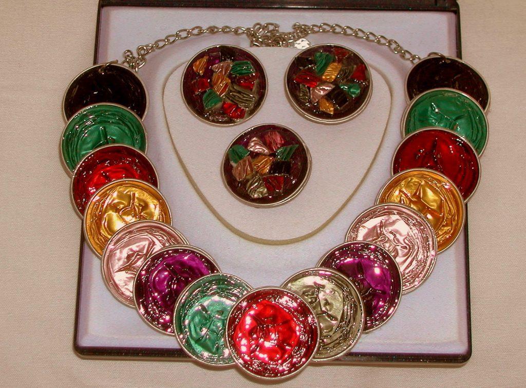 Você pode substituir seu lixo por lindas bijuterias, por exemplo (foto: https://cosassencillas.wordpress.com)