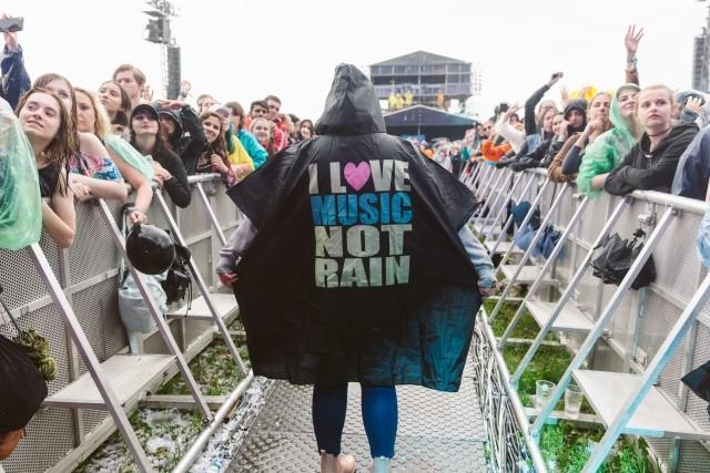 A chuva é uma ameaça constante no festival, já que chove muito na Polônia