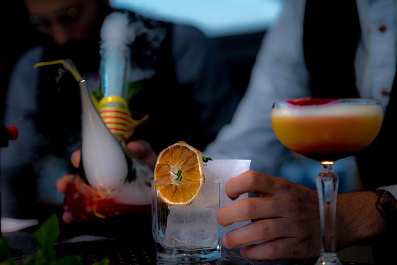 Os drinks cheios de magia do Paradiso, bar residente do rooftop do Alma. Foto: Hotel Alma
