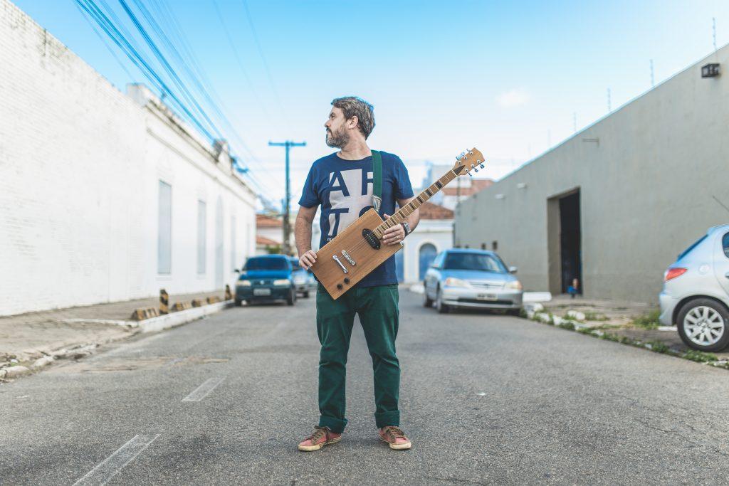 O cantor e compositor Wado canta na Casa Brasil. Alzir Lima/HollyShot