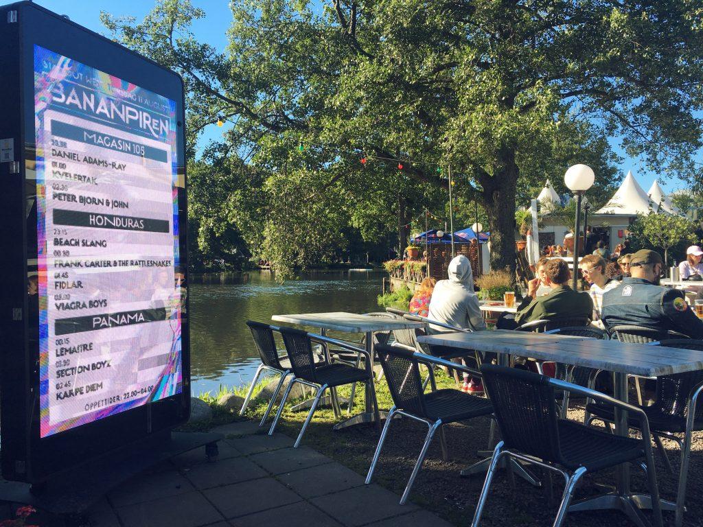 A área vip. Ao lado um super celular com a programação atualizada. Foto: Lalai Persson