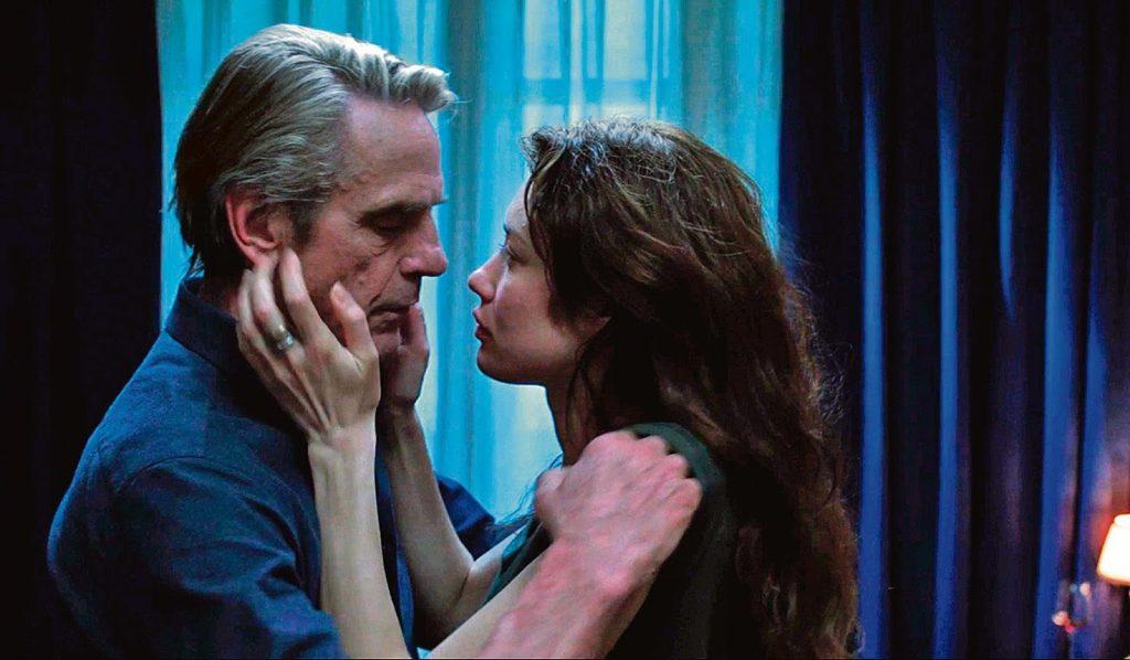 O astrofísico Ed Phoerum (Jeremy Irons) e a estudante Amy (Olga Kurylenko) se envolvem em 'Amor eterno', de Giuseppe Tornatore