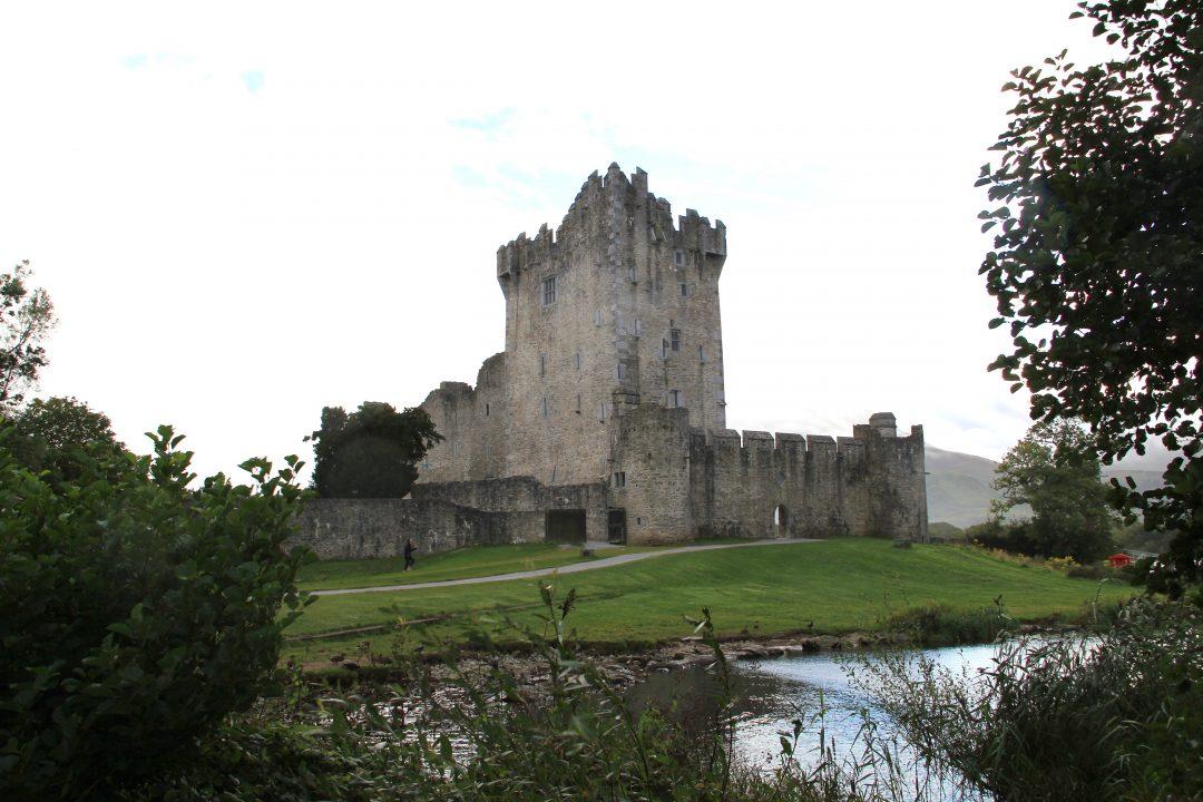 Ross Castle, a beira do Lough Leane. Foto: Audrius Janecka [ https://goo.gl/mdLn4I ]