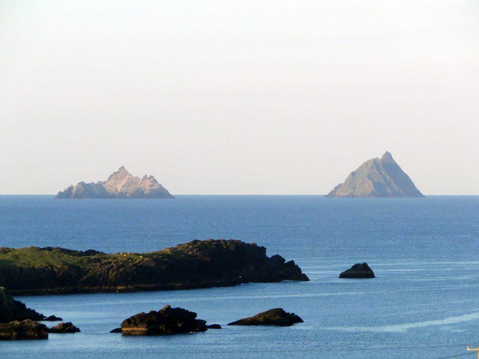 Skellig islands, visto do litoral irlandês. Foto: Pklauss [ https://goo.gl/DpQYNt ]