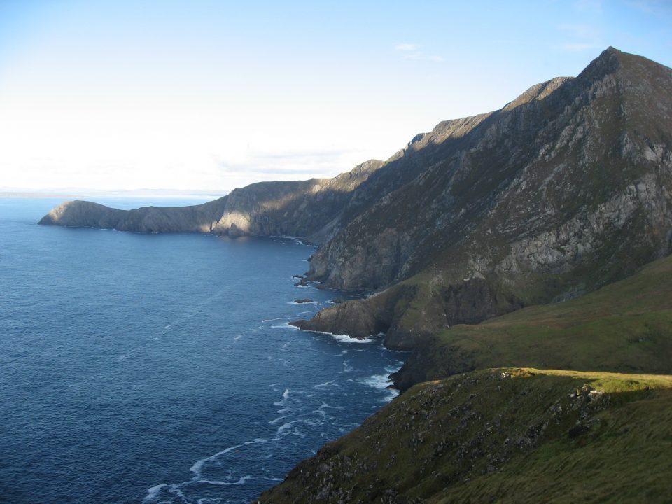 Croghaun Cliffs, em Achill Island, Irlanda. Foto: Deejayw