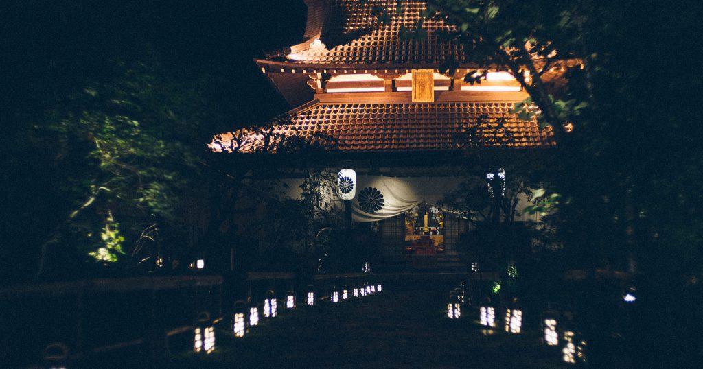 O bar secreto fica numa portinha na lateral deste templo. Foto: Ola Persson