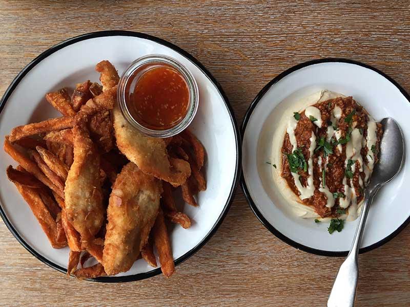 Frango com empanada de amêndoas com batata doce frita e hamshuka. Foto: Sarah Sioli Galvão