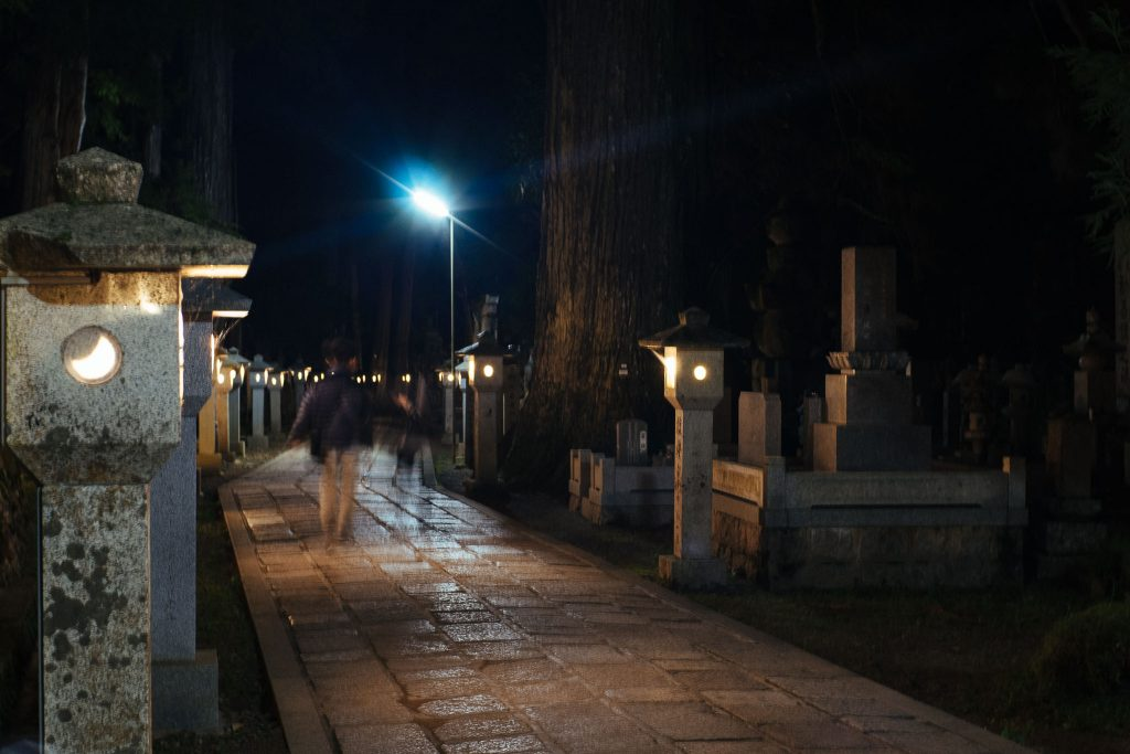O cemitério à noite. Foto: Ola Persson