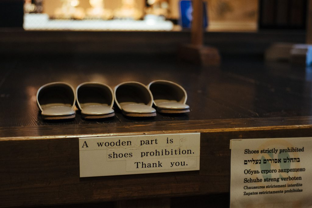 Aviso para não entrar de sapatos. Foto: Ola Persson
