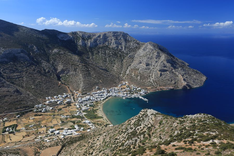 A baía de Kamares, em Sifnos. Foto: www.sifnos.gr