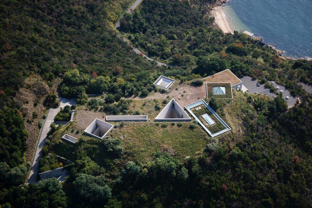 Vista aérea do Chichu Art Museum. Projeto: Tadao Ando