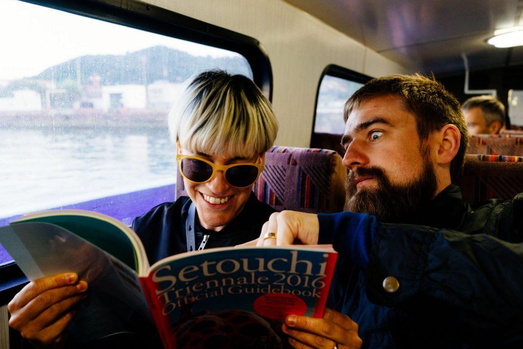 Eu e o Ola pesquisando a Setouchi no super guia do festival. Foto: Fernanda Kawazoe