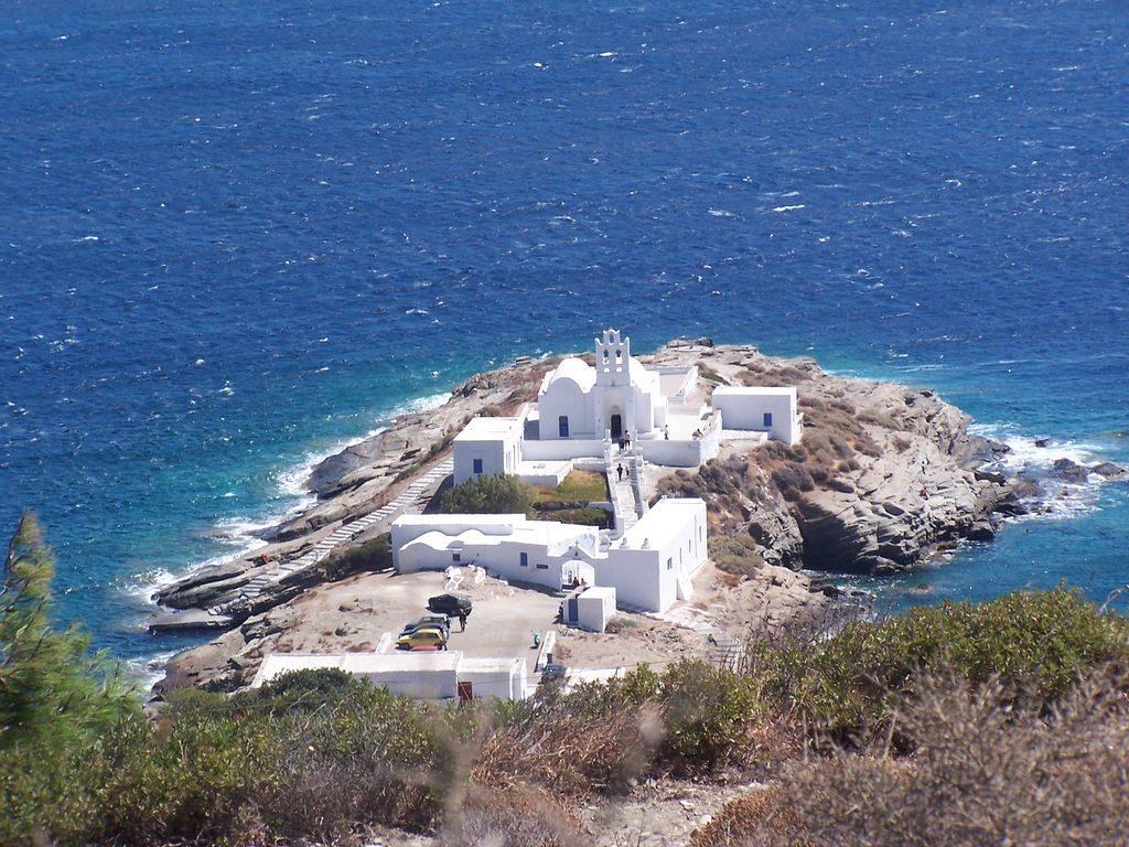 O mosteiro de Panagia Chrysopigi, ao qual são atribuídos milagres. Foto: