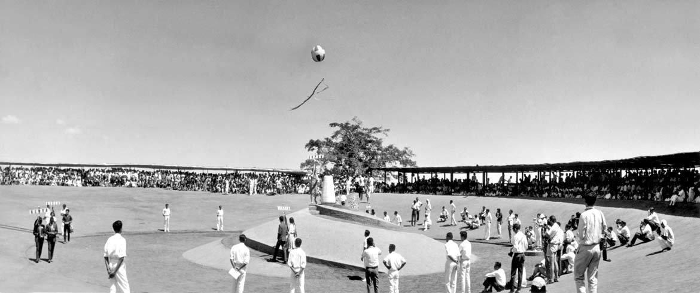 Inauguração de Auroville em 1968: presentes 123 nações