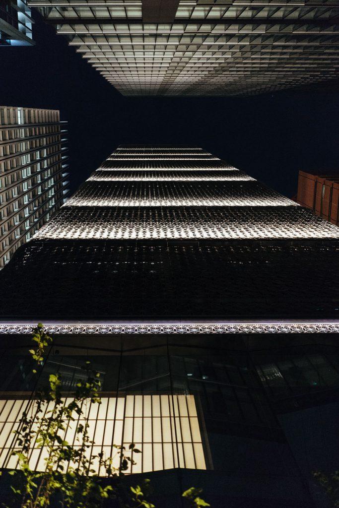 A fachada à noite do Hoshinoya. Foto: Ola Persson