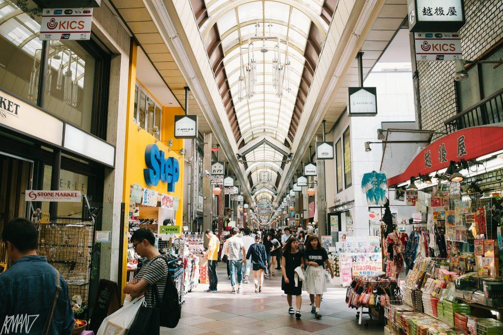 Mercado de rua, apesar de parecer uma galeria, mas é todo aberto na lateral. Foto: Armand
