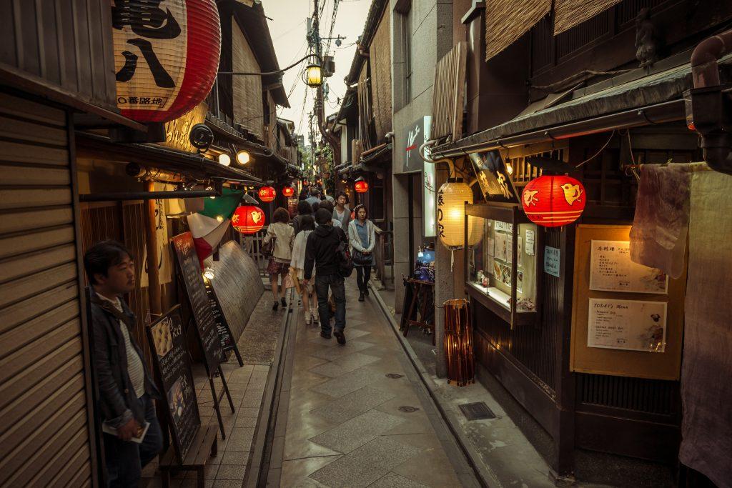 Ruela em Pontocho, Kyoto. Foto: Alexander Synaptic