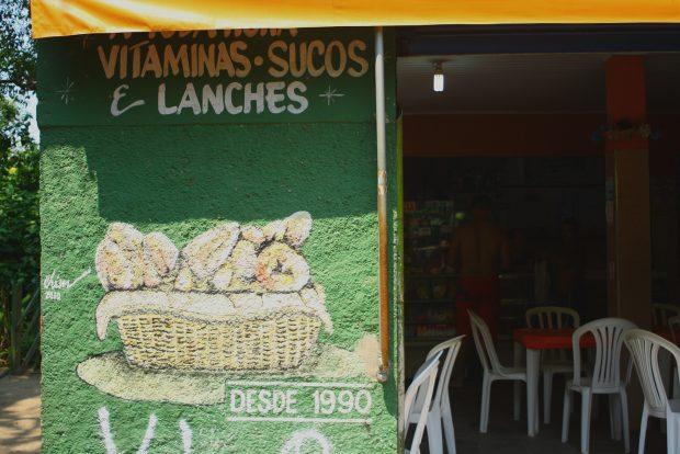 Poucos bares e lanchonetes de locais estão disponíveis para comer na Prainha Branca. - foto: Renato Salles