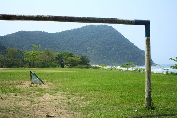 Um campo de futebol garante a diversão dos locais - foto: Renato Salles