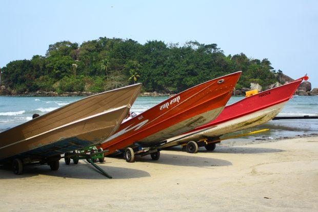 Pescadores locais oferecem passeios de barco diretamente na areia da Prainha Branca. - foto: Renato Salles