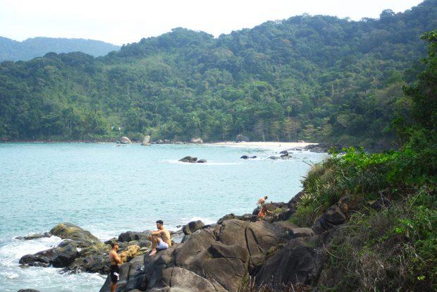 Trilhas pelas pedras levam a outras praias nos arredores - foto: Renato Salles