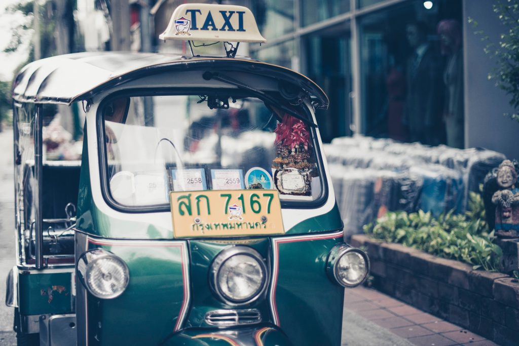 Tuk tuk em Bangkok. Foto: Sven Scheuermeier / unsplash.com