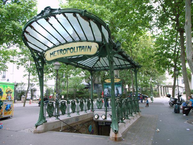 Estação de metrô Abbesses, The Hector Guimard-designed édicule. Wikipedia.