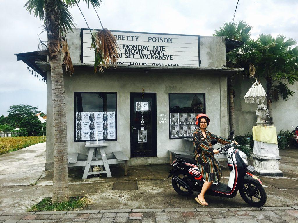 Dirigindo moto em Bali
