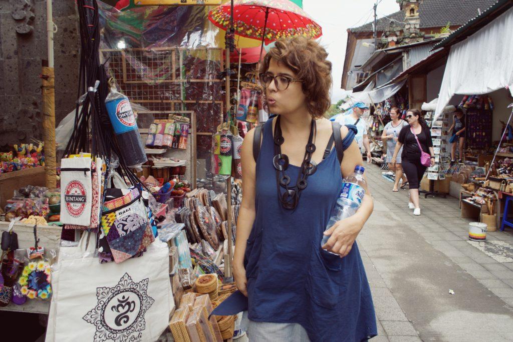 Fazendo compras no Ubud Market.