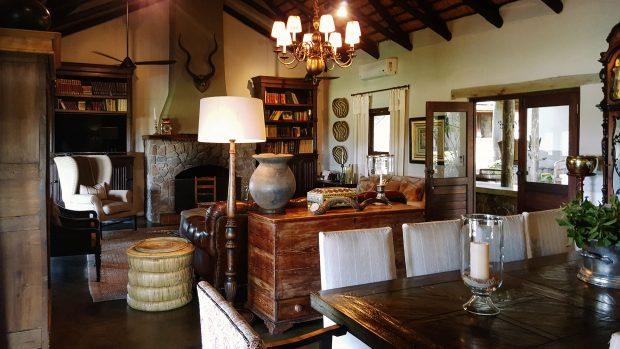 A sala de estar e jantar da casa principal. Foto: Jo Machado