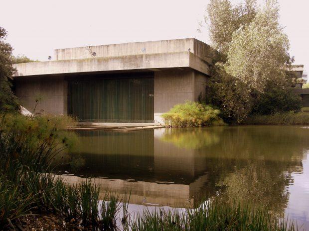 Fundação Calouste Gulbenkian, integração edifício e jardins, 2012. Fotografia: Mark Ahsmann. Wikipedia.