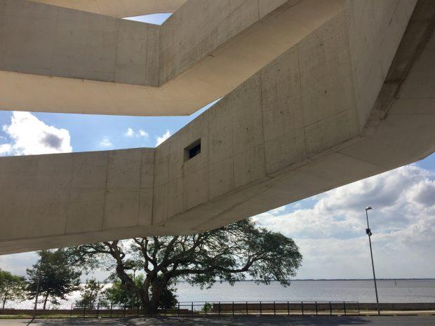 As rampas externas se soltam como braços - Fundação Iberê Camargo - foto: Renato Salles