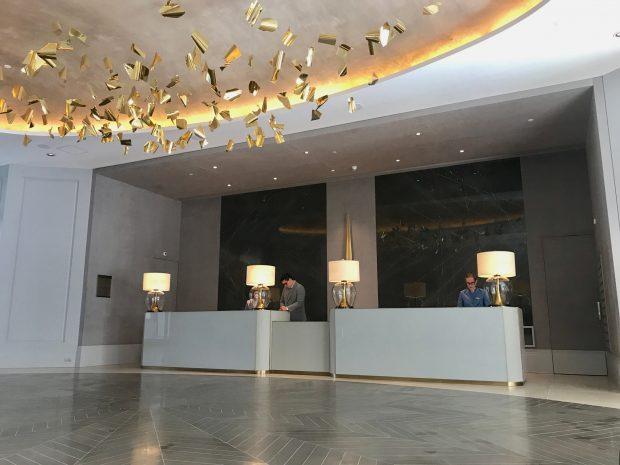 O lobby do Palácio Tangará, com a escultura da Laura Vinci - foto: Renato Salles