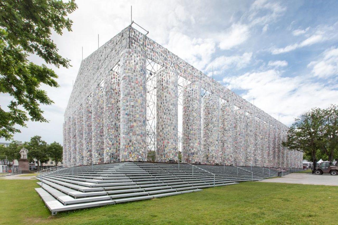 A obra 'The Parthenon of Books', da Martha_Minujín, é uma das maiores atrações da documenta14 - foto: Roman Maerz