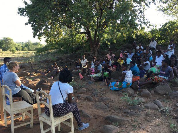 Atividade com o grupo de mulheres em Malawi.