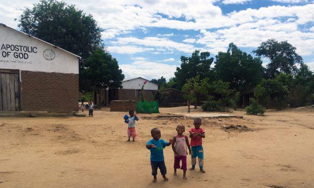 Crianças na frente da igreja local em Malawi.