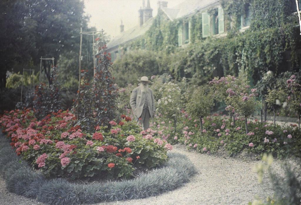 Claude Monet em frente à sua casa em Giverny