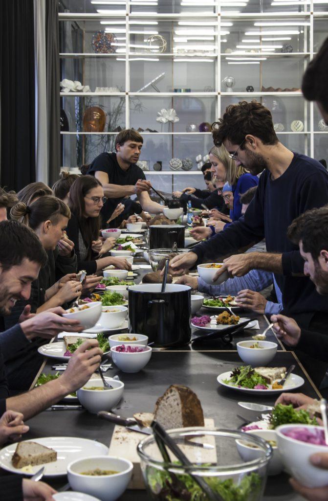 Almoço no Studio Olafur Eliasson (2017). Foto: María del Pilar García Ayensa