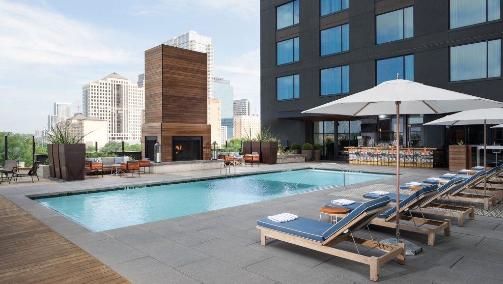 O rooftop com piscina e bar do Kimpton Austin. Foto: divulgação
