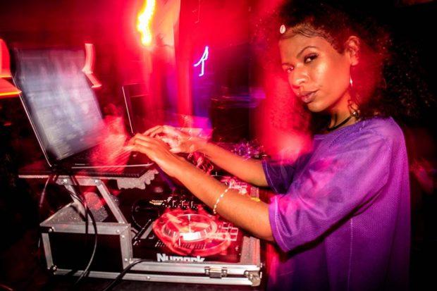 A DJ Milena cinismo produz a festa e também vai tocar. Foto: 3por4Fotografia