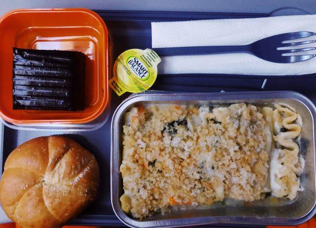 Voo Gol, Brasília-Miami, o almoço vegetariano: lasanha com legumes um delicioso bolinho de chocolate de sobremesa.